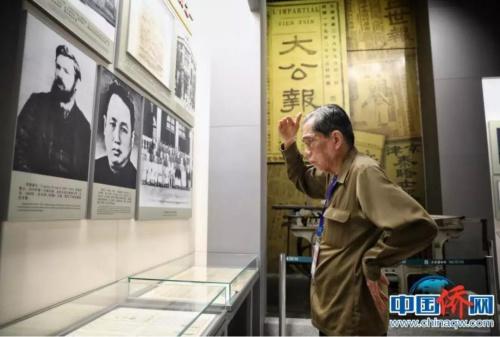 一位海外华文媒体代表被杰出新闻前辈范长江的事迹吸引