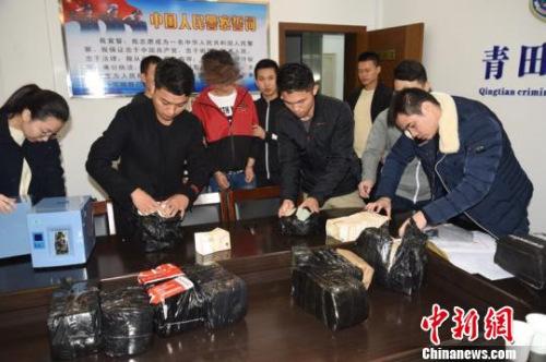 此案是近年来浙江省破获的现金量最大的非法买卖外币案件 齐黎军 摄