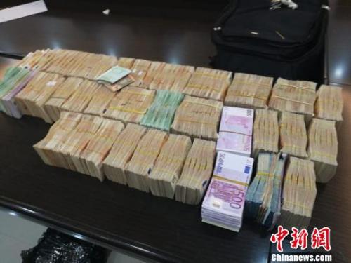 涉案金额累计高达200亿元人民币的非法买卖外汇团伙被成功摧毁 齐黎军 摄