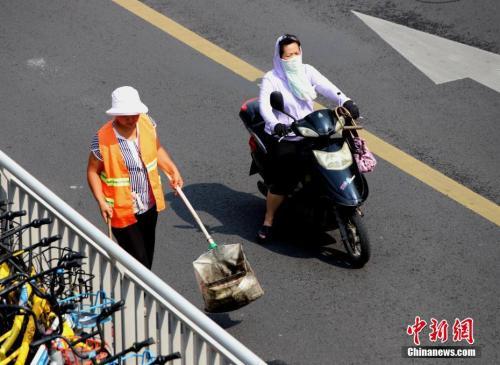 7月17日,河南郑州热浪滚滚,高温下工作的环卫工人。<a target='_blank' href='http://www.chinanews.com/'>中新社</a>记者 王中举 摄