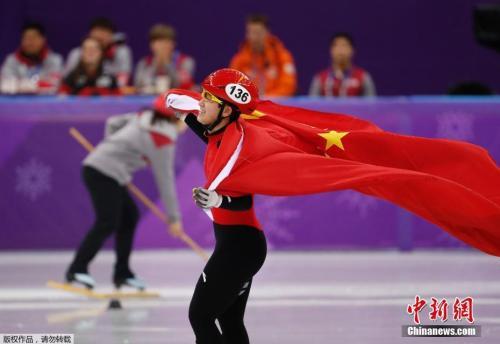 资料图:平昌冬奥会短道速滑女子1500米的A组决赛中,中国17岁小将李靳宇最后时刻连续完成超越,获得了一枚宝贵的银牌。
