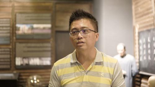 参观者,当地高校讲师李绍伦。(图片来自华舆 视频截图)