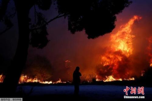 当地消防部门说,约70名消防员赶往现场,30辆消防车、灭火直升机等也参与了灭火。由于风力较强,灭火难度很大。