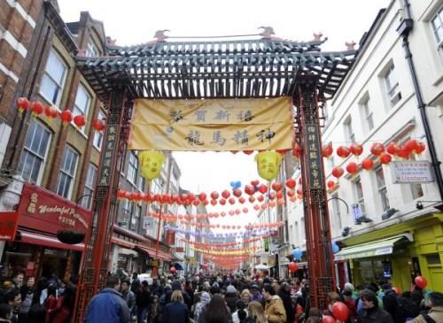 资料图:英国首都伦敦的唐人街人头攒动。新华社记者曾毅摄