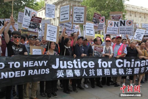 7月24日,伦敦市中心著名的唐人街中餐馆、超市、商铺等170多个华人商家集体罢市,上千华人沿街游行,抗议英国移民局粗暴执法。这是伦敦华人社会历史上最大规模的罢市游行。图为游行队伍在唐宁街示威抗议。 <a target='_blank' href='http://www.chinanews.com/'>中新社</a>记者 张平 摄