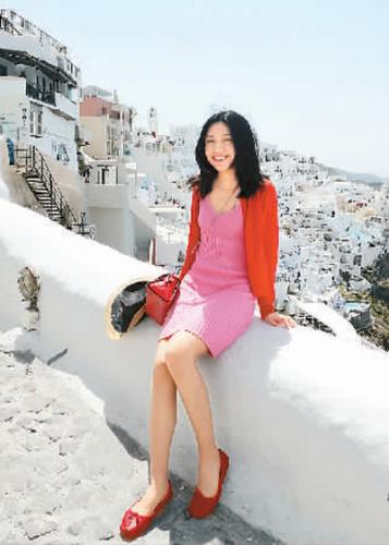詹飞菲认为,语言障碍是所有留学生都会遇到的问题,而学习语言没有捷径可走,只能多说多练。她建议学子应走出课本和考试,多跟周围人交流,了解真实语言环境下英语是如何使用的。图为今年4月,她在希腊圣托里尼旅游。