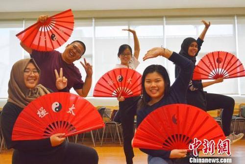 """资料图:2018年6月26日,印尼高校学生体验""""趣味中国""""。"""