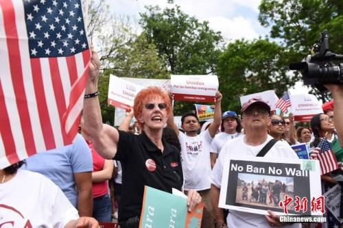 资料图:2017年5月1日下午,在美国首都华盛顿,示威人群在杜邦环岛举行集会后,一直行进到白宫北面的拉法耶特广场,抗议特朗普的移民政策等。 <a target='_blank' href='http://www.chinanews.com/'>中新社</a>记者 邓敏 摄