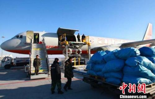 资料图:中国北疆对俄经贸繁荣,2018年上半年,黑龙江黑河机场完成货邮吞吐量28.8吨。 刘锡菊 摄