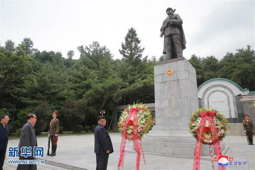朝中社27日提供的照片显示,在位于平安南道桧仓郡的中国人民志愿军烈士陵园内,朝鲜最高领导人金正恩(中)在中国人民志愿军烈士塔前凭吊。新华社/朝中社