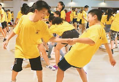营员和中国学生在交流课上