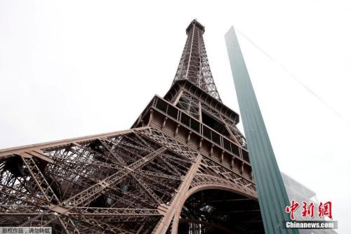 资料图:当地时间2018年6月14日,法国巴黎埃菲尔铁塔周围新建玻璃及钢铁安全护栏正在施工,新护栏旨在预防恐怖袭击。
