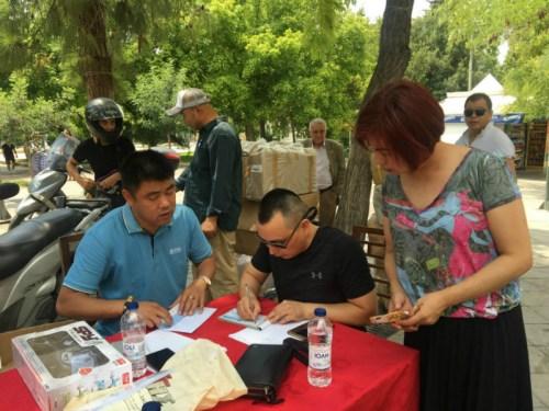 7月25日,希腊华人募捐现场。(图片来源:欧洲时报通讯员苏珊娜 摄)