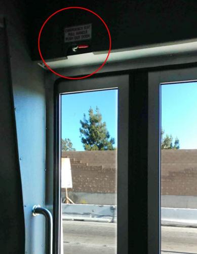 杨导游指出,每个巴士门附近都一个紧急开门装置,学生团需要了解这方面的安全知识。(美国《侨报》杨导游提供图)