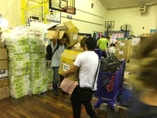 7月26日,第二批希腊华人救灾物资送达灾区救援集散中心。(图片来源:欧洲时报通讯员苏珊娜 摄)