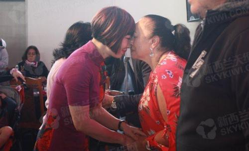 参加活动的华人举行毛利碰鼻礼仪式。(来源:新西兰天维网)