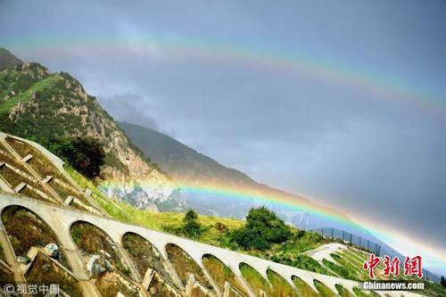"""西藏林芝山谷现""""超级彩虹""""景观"""