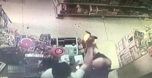 嫌疑人持刀抢劫华人店铺视频截图