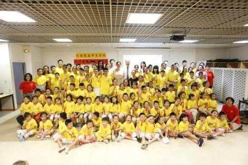杨进公参与参加汇演的学生、教师等合影。