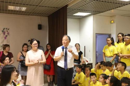杨进公参热情与学生互动。