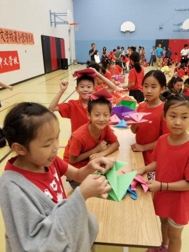 孩子们在折纸花。
