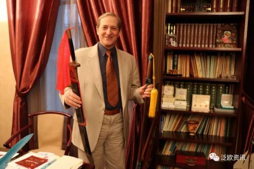 拥有针灸学博士,法国针灸与传统中国医学学会主席高林先生。来源:《法国侨报》