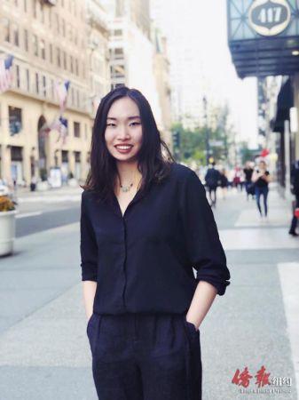 图为张心怡在纽约街头。(美国《侨报》)