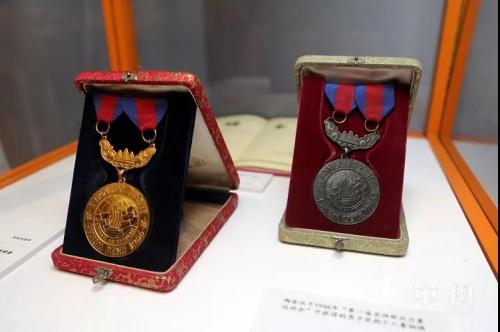 """现场展出陶金汉1966年参加""""第一届亚洲新兴力量运动会""""中获得的男子佩剑个人赛金牌和男子花剑个人赛铜牌。"""