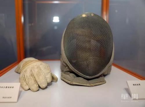 """现场展出陶金汉1966年参加""""第一届亚洲新兴力量运动会""""所使用的手套和佩剑头盔。"""