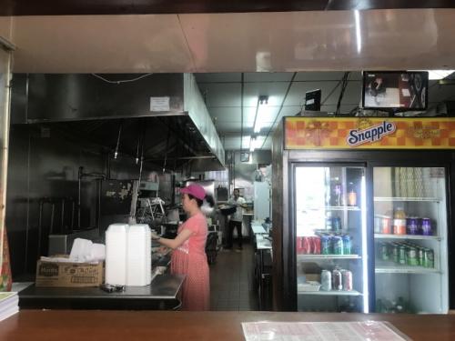 潘云霞顶着孕肚、冒着酷热在餐馆工作。(美国《世界日报》记者牟兰 摄)