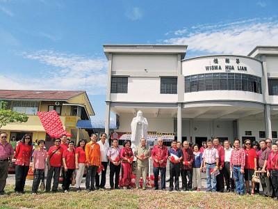 校友回馈母校,送孔像给学校。(图片来源:马来西亚光华网 梁丽萍/摄)