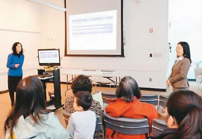 心理辅导老师在教导家长如何确保孩子拿到高中文凭  朱泽人摄(美国《世界日报》)