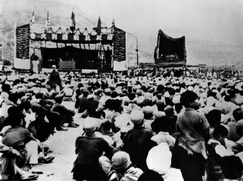 图为当年延安人民召开庆祝抗日战争胜利群众大会的情景。