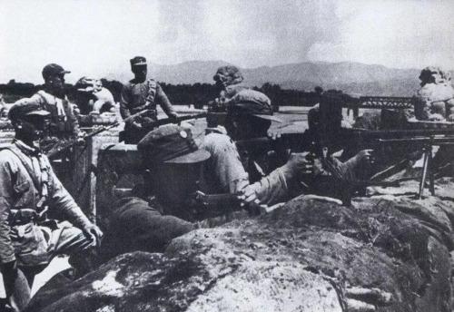 """1937年7月7日,驻华日军发动""""七七事变""""(又称""""卢沟桥事变""""),开始全面侵华。这是中国军队在卢沟桥抗击日军的进攻。 新华社发"""