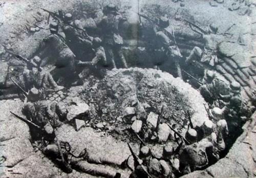 1937年8月13日至11月12日,中日军队进行淞沪会战,这次会战粉碎了日本军国主义者速战速决的迷梦。这是中国军队88师在上海闸北的环形工事里同日军巷战。新华社发
