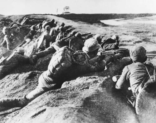 1937年抗日战争全面爆发后,中国共产党在南方八省的红军及游击队改编为国民革命军陆军新编第四军(简称新四军)。这是1938年11月3日,新四军战士在马家园战斗中打击敌人。新华社发