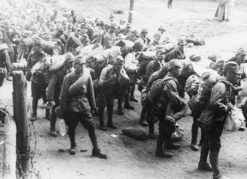 太平洋战争爆发后,为协助英国在缅作战并保卫中国西南的交通命脉,从1942年到1945年,中国远征军先后进入缅甸,投入兵力总计40万人,伤亡接近20万人,重新打通了国际交通线,把日军赶出了中国西南大门,为世界反法西斯的胜利作出了不可磨灭的贡献。这是中国远征军1944年第二次出征时俘虏的日军。新华社发