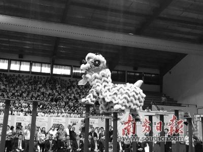 广州花都醒狮表演走进巴拿马城中巴文化中心。
