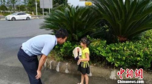民警询问独行小女孩的情况 永嘉警方提供