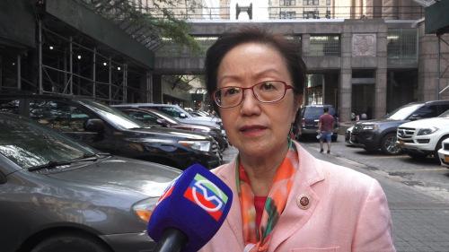 纽约市议员陈倩雯接受美国中文网记者王依依采访,她的背后就是白街125号曼哈顿拘留中心。(美国中文网)