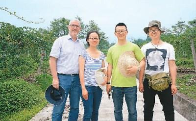 图为范晋铭(左三)与国际合作顾问威廉先生(左一)、合伙人周原(左二)及合作摄影师易梓林(左四)在四川雅安雨城区奇异莓基地。