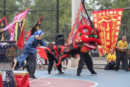 国际余志伟洪拳国术总馆的舞狮表演。(图片来源:美国《世界日报》 记者张筠/摄)
