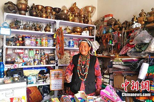 图为今年57岁的尼泊尔商人赞达热·瓦迪在边贸市场内的店铺里做生意。<a target='_blank' href='http://www.chinanews.com/'>中新社</a>记者 赵延 摄