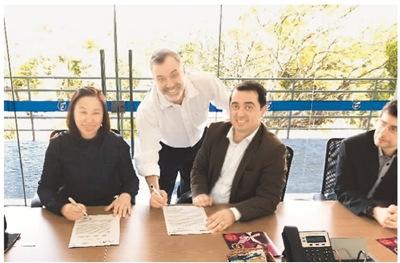 图为近日,方激(左一)与巴西一所大学签署科技合作备忘录。   照片由方激本人提供