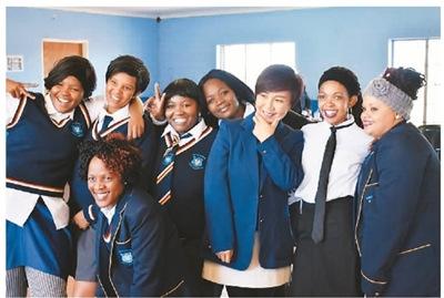 """图为南非""""青年节""""之际,黄琳(右三)参加公司举行的庆祝活动,并与南非当地员工合影。   照片由黄琳本人提供"""