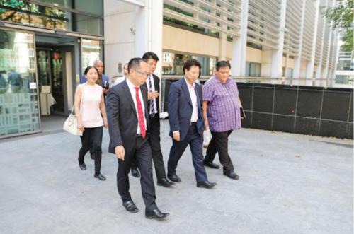 8月7日,华社代表在结束与移民局官员对话后步出内政部大楼。(图片来源:欧洲时报记者陈述 摄)