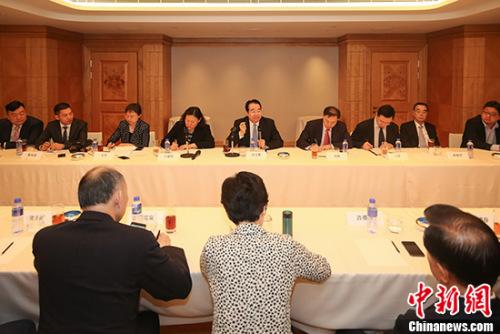 8月23日,中央统战部副部长、国务院侨办主任许又声(中)同香港侨界人士座谈交流。 中新社记者 谢光磊 摄