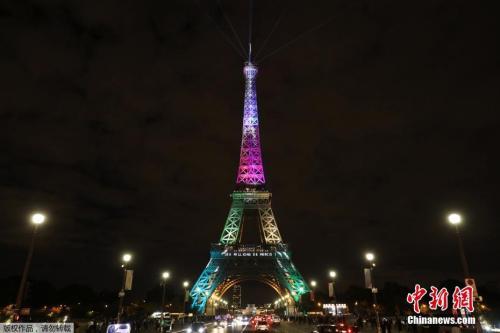 资料图:2017年9月28日,法国巴黎埃菲尔铁塔举行迎接第3亿名游客的灯光秀表演。