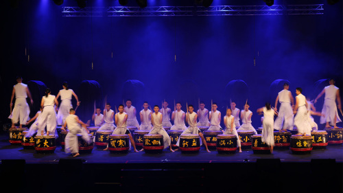 芙蓉中华中学的鼓手展现强劲力量。(马来西亚《星洲日报》)