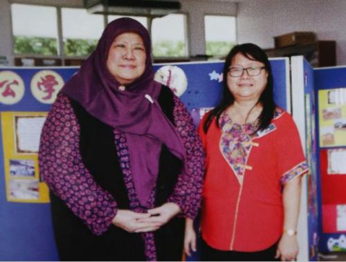 莎莉娜(左)在直落甘望中华公学五年级时转校,但她时而也会重返小学探望师长们。右者为现任直落甘望中华公学校长许秀兰。